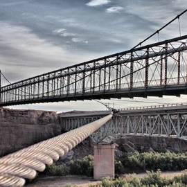 Farol Tomson - Swayback Suspension Bridge