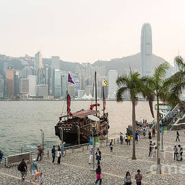 Didier Marti - Tourists in Hong Kong waterfront promenade
