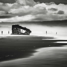 Eduard Moldoveanu - At Peter Iredale shipwreck Mono