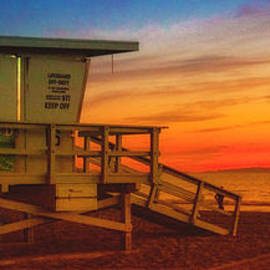 Jerry Cowart - California Santa Monica Beach Lifeguard Tower At Sunset