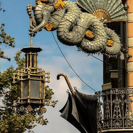 RicardMN Photography - Dragon and umbrella sing in Barcelona