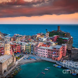 Inge Johnsson - Evening rolls into Vernazza