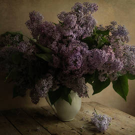 Jaroslaw Blaminsky - Fresh lilac in white pot