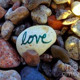 Noa Yerushalmi - Love on Ocean Pebbles