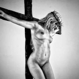 Ramon Martinez - Mujer en el crucifijo