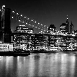 Night Skyline MANHATTAN Brooklyn Bridge - Monochrome - Melanie Viola