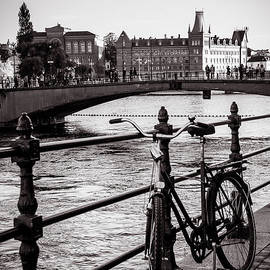 RicardMN Photography - Old bicycle in central Stockholm