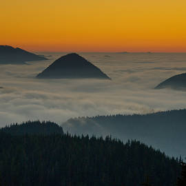 Jeff Goulden - Peaks Above the Fog at Sunset