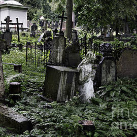 RicardMN Photography - Praying statue in the old cemetery