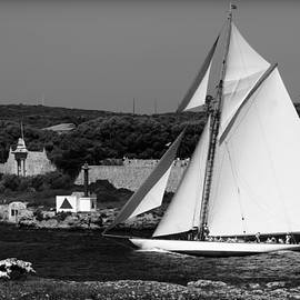 Pedro Cardona - sailboat - a one mast classical vessel sailing in one of the most beautiful harbours Port Mahon
