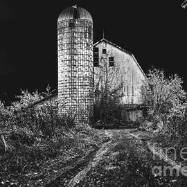 Cobbled Path Photography - Spooky Barn