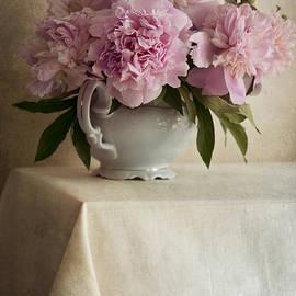 Jaroslaw Blaminsky - Still life with pink peonies