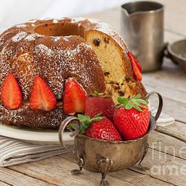 Ezeepics    - Strawberries Bundt Cake