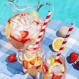 Elena Elisseeva - Strawberry lemonade