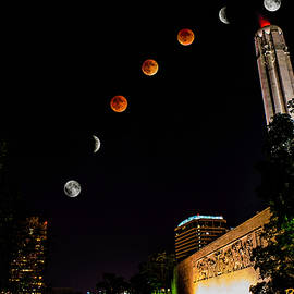 Brandon Cale - Super Blood Harvest Moon over Liberty Memorial, Kansas City