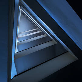 Jaroslaw Blaminsky - Triangle staircase in blue tones