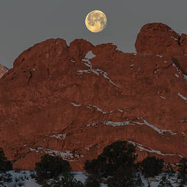 Luis Ramirez - Waning Gibbous Setting On Kissing Camels in Garden Of The Gods