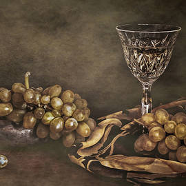 Hugo Bussen - White wine and grapes