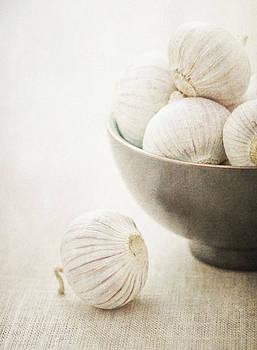 Still life of Garlic in a bowl by Lars Hallstrom
