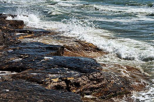 Waves break on the rocks. by Alexandr  Malyshev