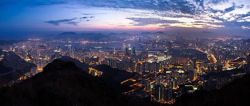 Hong Kong night scene  by Kam Chuen Dung