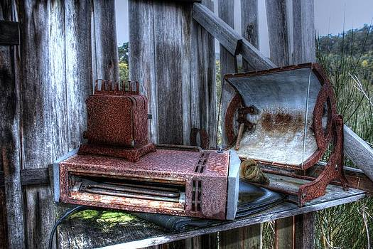 Abandoned appliances. by Ian  Ramsay