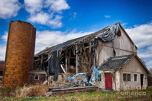 Abandoned barn in Walpack  by Robert Wirth