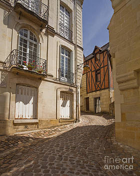 Chinon backstreets by Julian Elliott