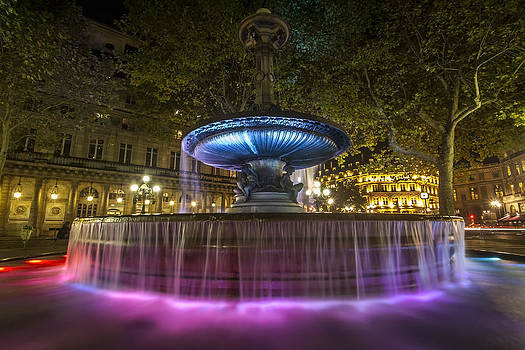 Colorful fountain at night in Paris by Sven Brogren