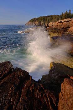 Crashing Waves by Stephen  Vecchiotti