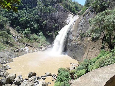Dunhida Water Fall by Sunanda Yapa
