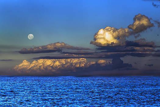 Full Moon on a cloudy sunset by Alfredo Rougouski