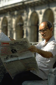 Reading the news in Havana
