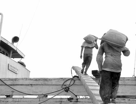 Kuli pelabuhan by Achmad Bachtiar