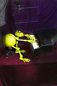 La Grenouille qui joue le piano by Enrique  Coloma