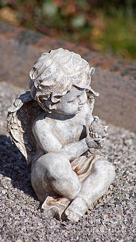 Little Angel with Bird in his Hand - Sculpture by Eva-Maria Di Bella
