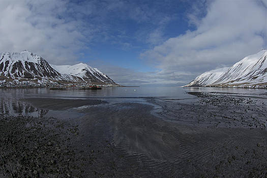 Low tide. by Erlendur Gudmundsson