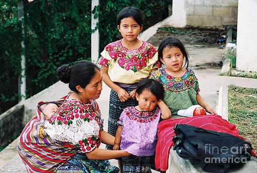 Mayan mama con ninos a la marketa by Gerald MacLennon