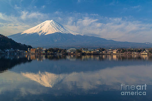 Mountain Fuji view from the lake by Tosporn Preede