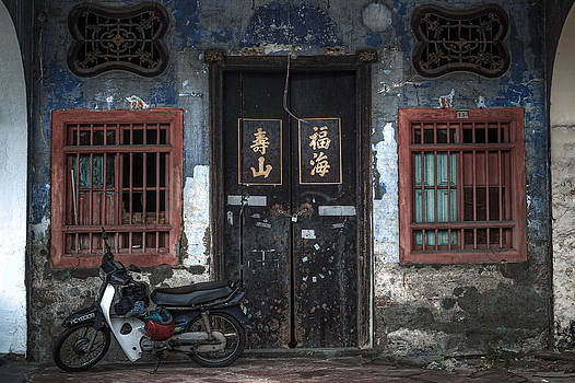 Old House at Georgetown by Ronnie  Chan