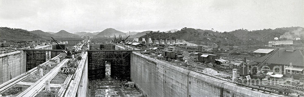 Photo Researchers - Panama Canal Construction 1910