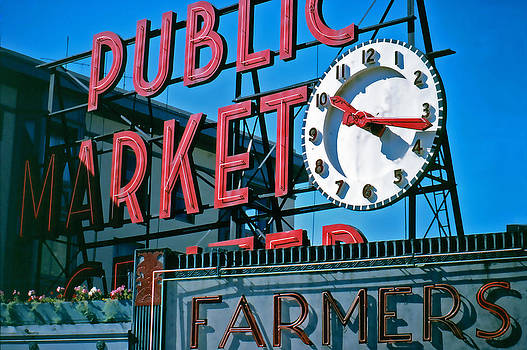 Pike Place Market by Glenn McGloughlin