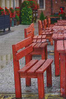 Red benches by Giuseppe Ridino