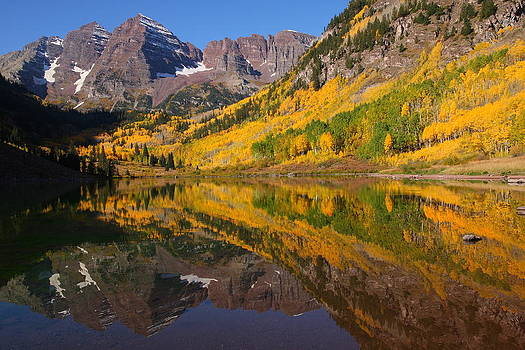 Reflection of Maroon Bells during autumn by Jetson Nguyen