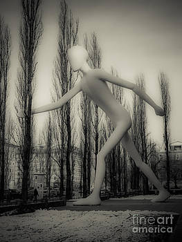 Hannes Cmarits - the walking man - bw