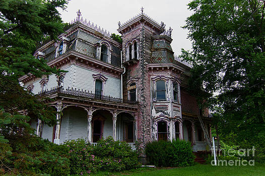 Abandoned victorian home by Robert Wirth