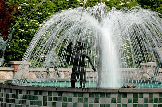 LeeAnn McLaneGoetz McLaneGoetzStudioLLCcom - Blowing bubbles in the fountain
