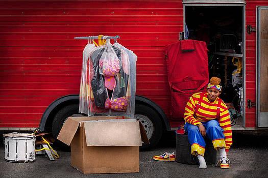 Mike Savad - Clown - Wardrobe change