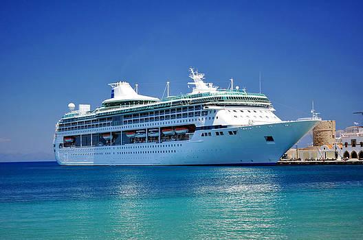 Cruise ship. by Fernando Barozza