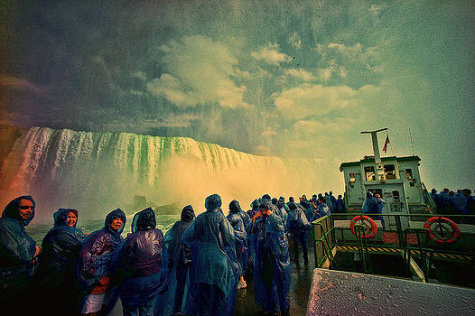 LAWRENCE CHRISTOPHER - NIAGARA FALLS FROM THE DECK MAID OF THE MIST